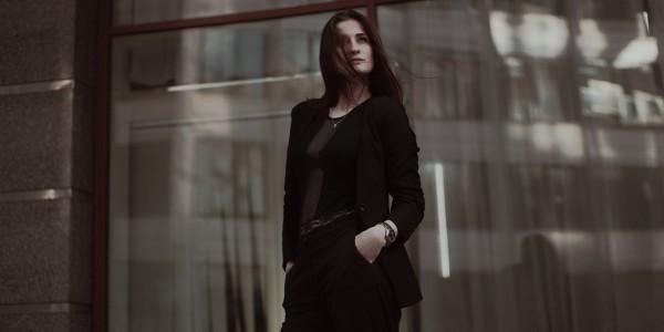 引き締め効果バツグン、大人の女性にぴったりな黒コーデ!